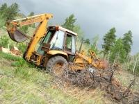 Hauling felled tree with 4WD Case 580K backhoe